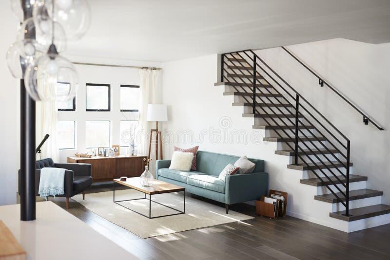 Inre sikt av den moderna vardagsrummet med trappuppgången royaltyfri fotografi