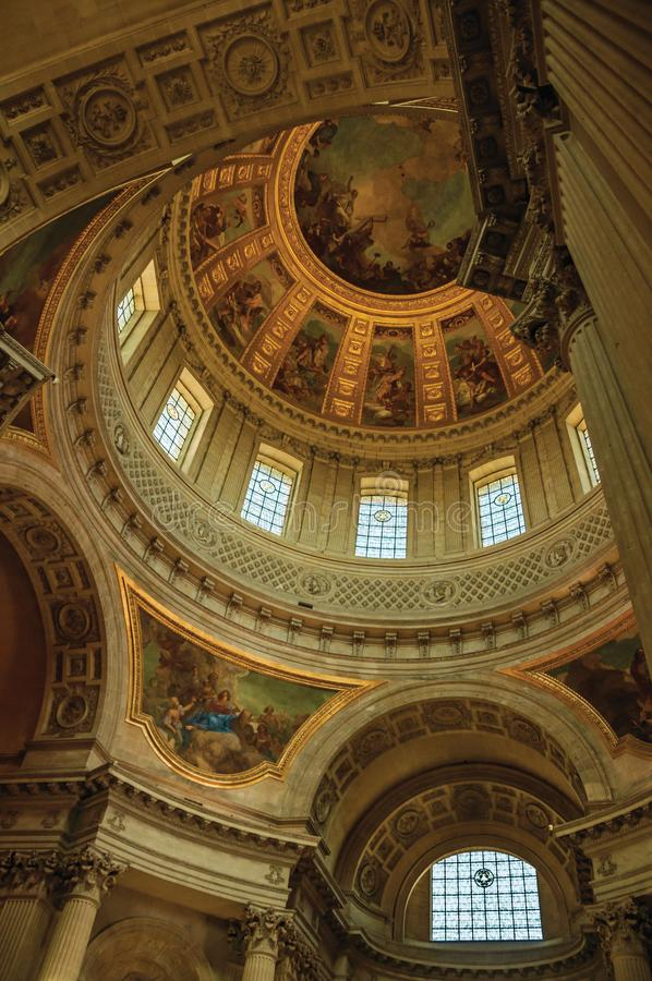 Inre sikt av den rikt dekorerade och målade kupolen av den Les Invalides slotten i Paris royaltyfri foto