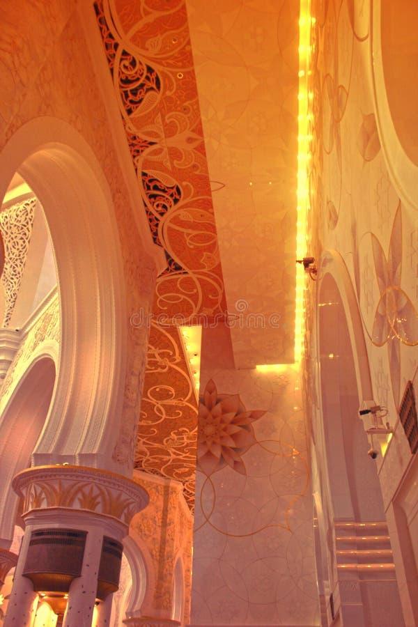 INRE SIKT av den största moskén av UAE, STORSLAGEN MOSKÉ för SCHEJK som ZAYED lokaliseras i ABU DHABI arkivfoto