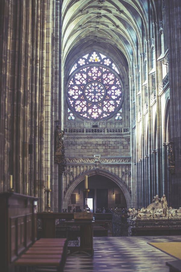 Inre sikt av den StVitus domkyrkan i Prague, Tjeckien royaltyfri bild