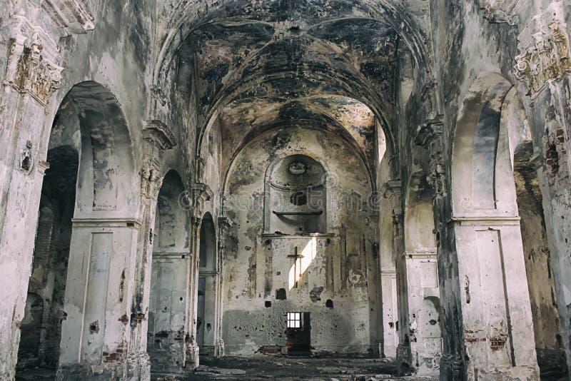 Inre sikt av den ?vergav och skadade kyrkan arkivbild