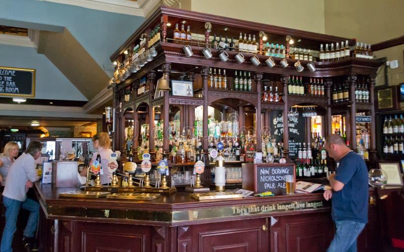 Inre sikt av en skotsk pub royaltyfri fotografi