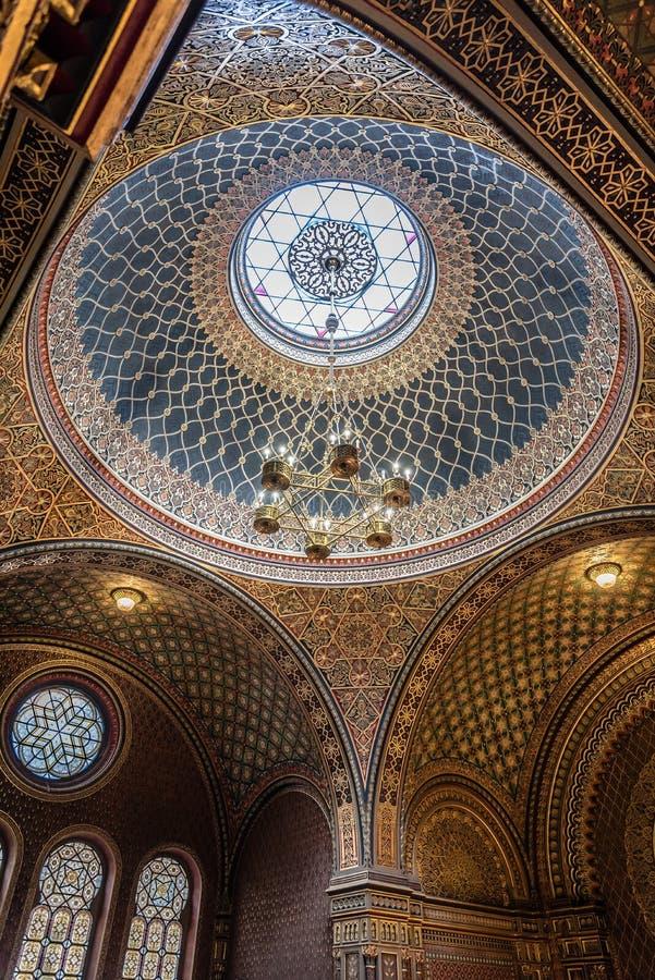 Inre sikt av kupolen av den spanska synagogan av Prague arkivfoto