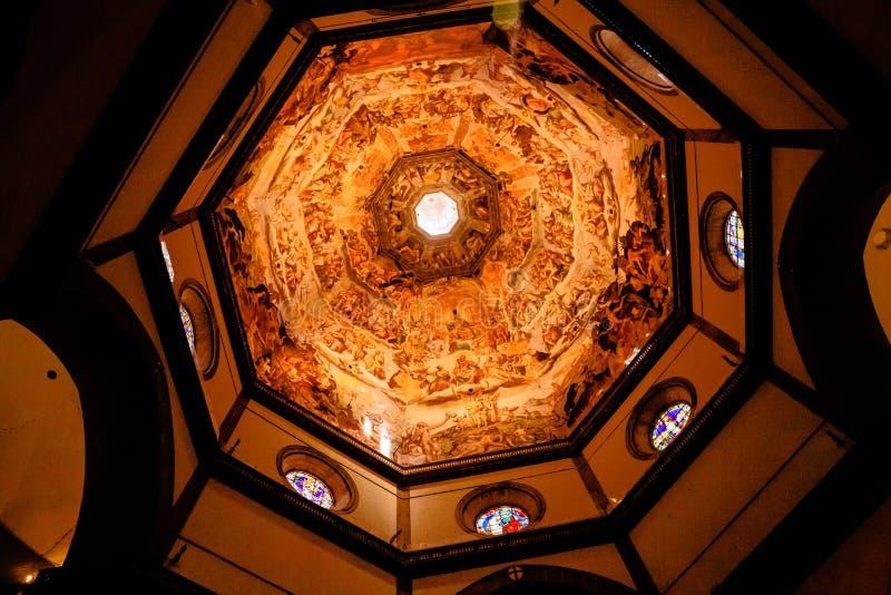 Inre sikt av målningen av kupolbasilikadi Santa Maria del Fiore, Duomo, Florence, Italien royaltyfri bild