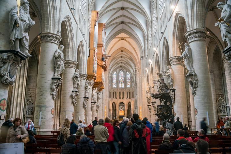 Inre sikt av Stet Michael och domkyrkan för St Gudula arkivbilder
