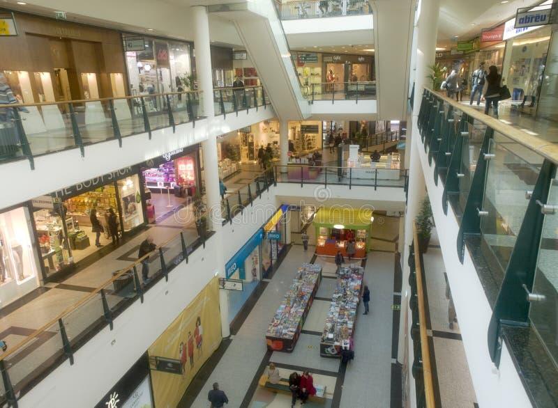 Inre sikt för kommersiell köpcentrum arkivbilder