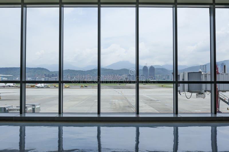 Inre sikt för Taipei Songshan flygplatsterminal med yttersidan royaltyfria foton