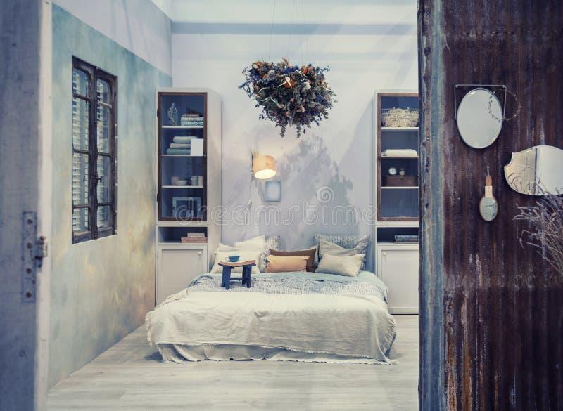 Inre sovrum i landsstil royaltyfria foton
