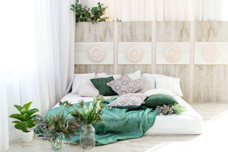 Inre sovrum med en säng Begreppsdesign, renovering, hus, hem arkivfoton