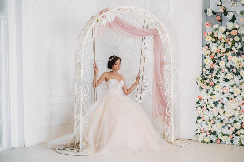 Inre stående av den ursnygga rbiden i den vita bröllopsklänningen Härlig kvinna med brud- makeup och frisyren _ royaltyfria foton