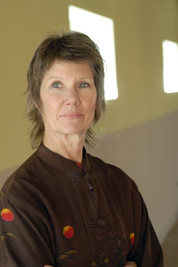 inre ståendepensionärkvinna royaltyfri foto