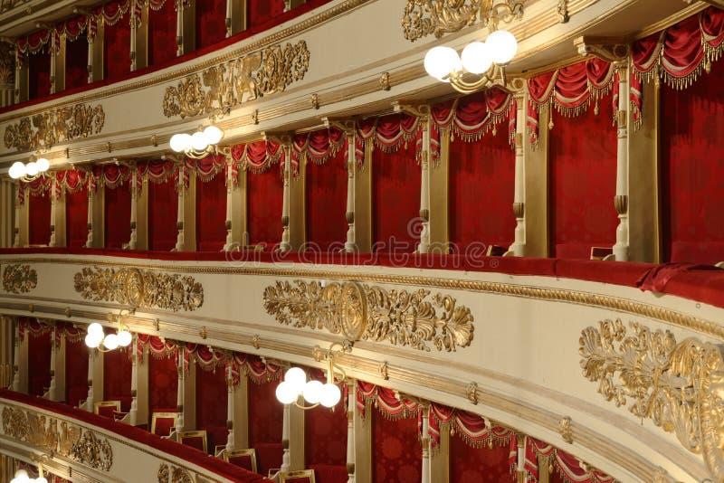 Inre stalls, La Scala i milan, milan, Italien royaltyfria bilder