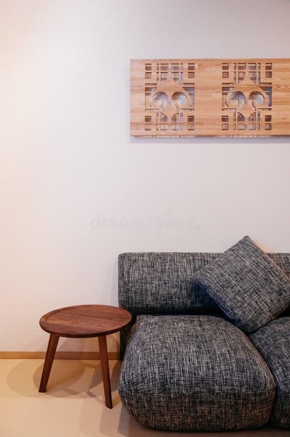 Inre stil för enkelt japansk modern vardagsrum, slags tvåsittssoffa arkivfoto