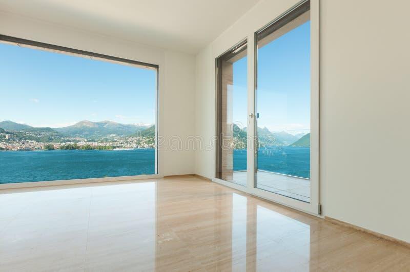 Inre tömmer rum med fönster royaltyfri bild