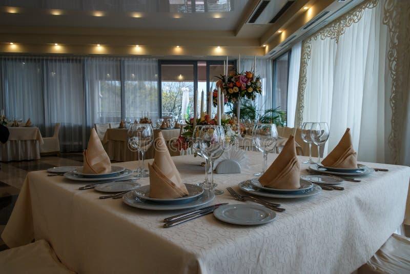 Inre tabellgarnering för härlig restaurang för att gifta sig fotografering för bildbyråer