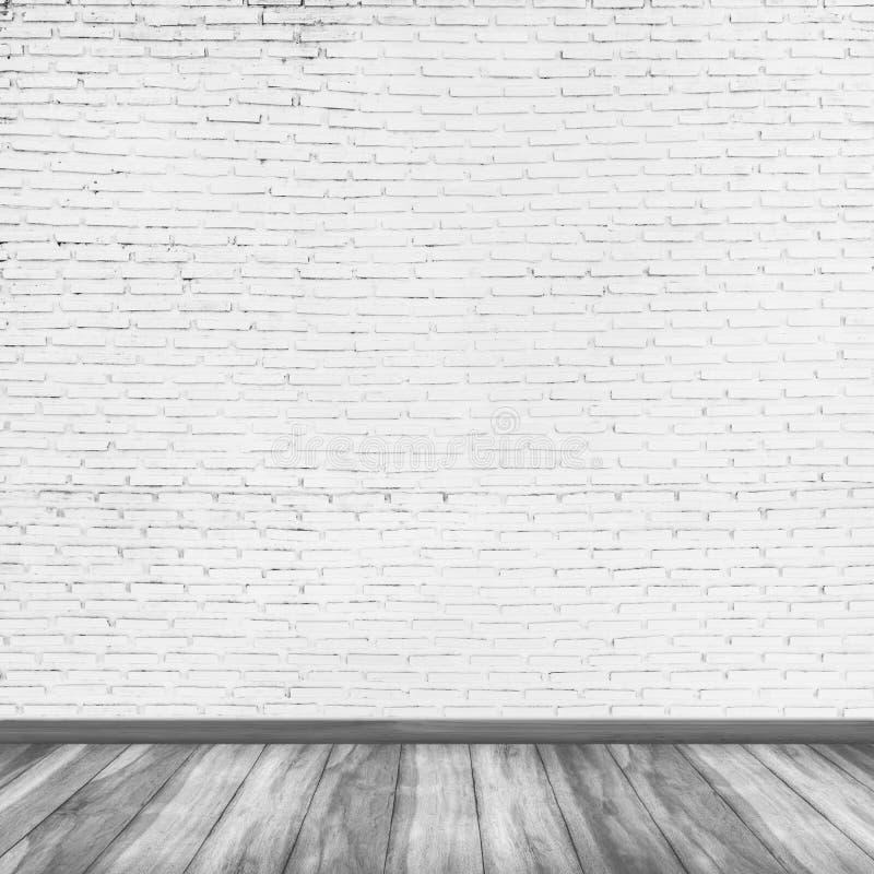 Inre tappning för rum med den vita tegelstenväggen och trägolvet fotografering för bildbyråer