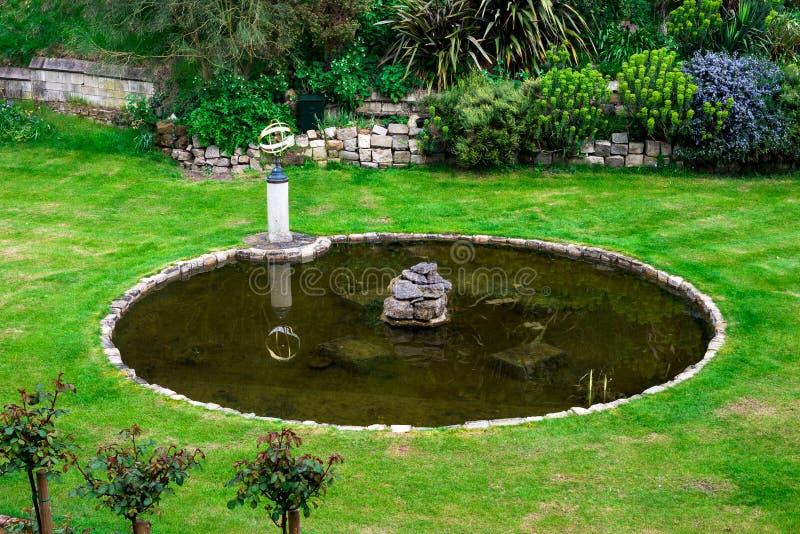 Inre trädgård med ett litet damm och en springbrunn i Windsor Castle royaltyfria bilder