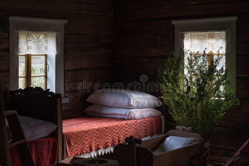 Inre trähus Litauen för forntida sovrum royaltyfria bilder