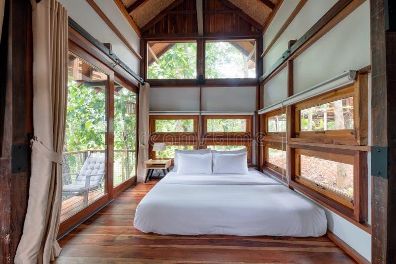 Inre träsovrum med terrassen i tropisk skog royaltyfri foto