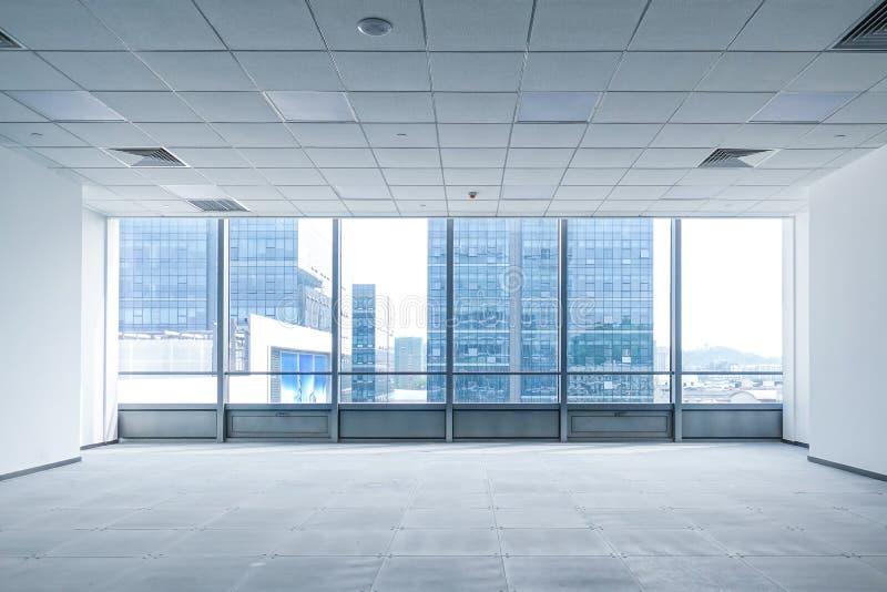 Inre utrymme av det moderna tomma kontoret i kommersiell byggnad arkivbild