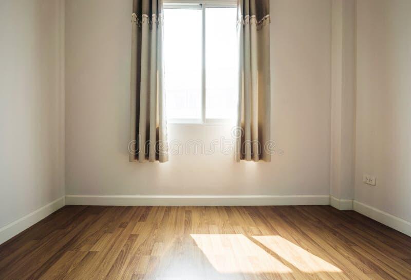 Inre utrymme, tomt rum, pläterar trägolvet med öppnat fönsterhälerisolljus i morgonen fotografering för bildbyråer
