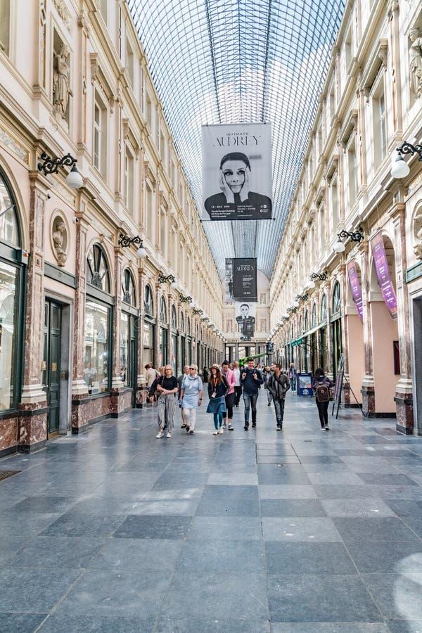 Inre vy av kungliga gallerier i Bryssel Saint-Hubert Galerie du Roi, Galerie du Reine royaltyfria foton