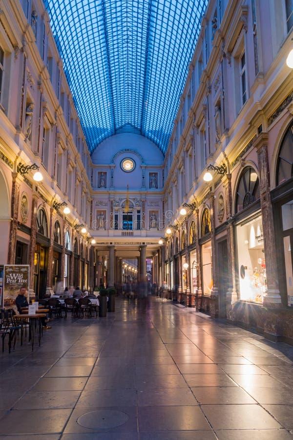 Inre vy av kungliga gallerier i Bryssel Saint-Hubert på natten arkivbilder