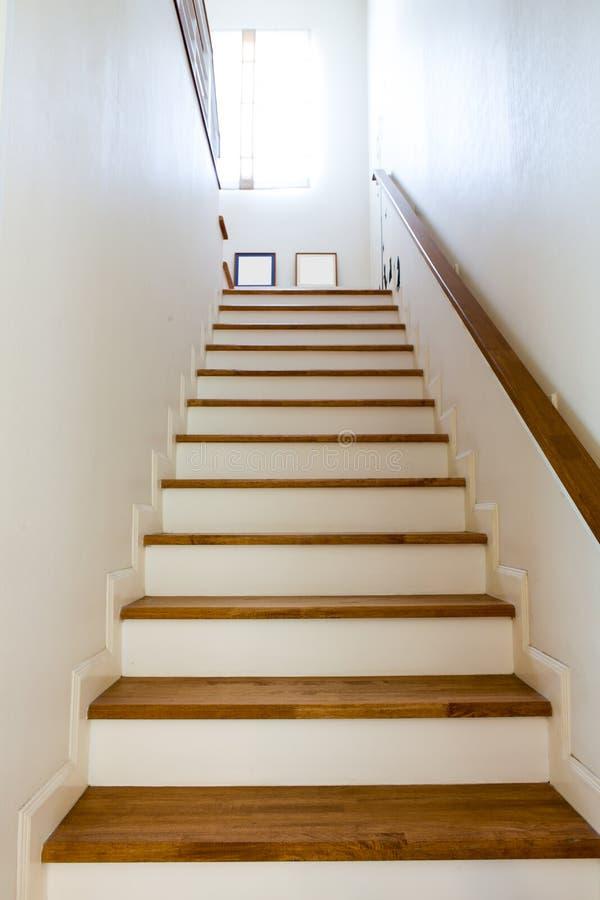 Wood trappa och handrail arkivbild