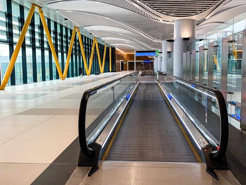 Inredesign av de nya flygplatsISTNA som öppnade och byter ut nytt Ataturk den internationella flygplatsen Istanbul/Turkiet - Apri royaltyfria foton
