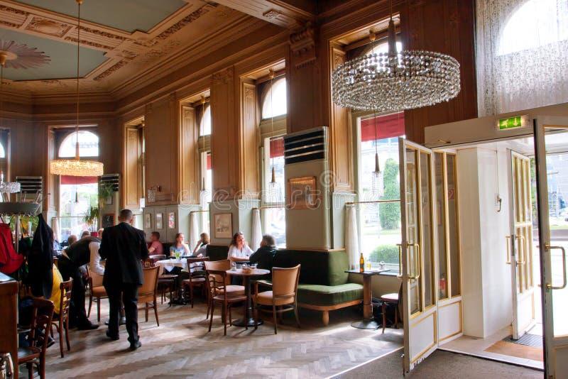 Inredesign och besökare av kafét i typisk VI arkivbild