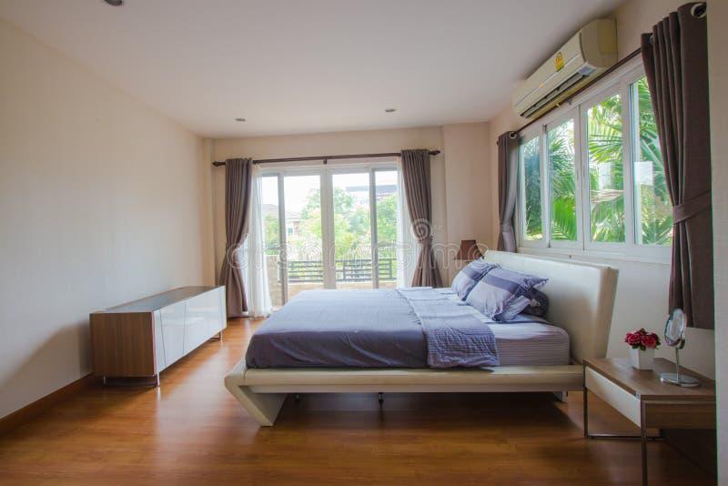 Inredesign - stort modernt sovrum arkivfoto