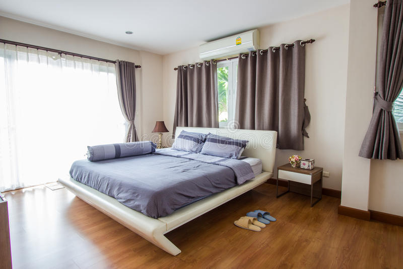 Inredesign - stort modernt sovrum royaltyfri foto