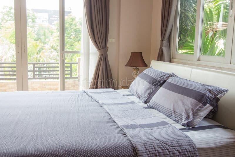 Inredesign - stort modernt sovrum arkivfoton