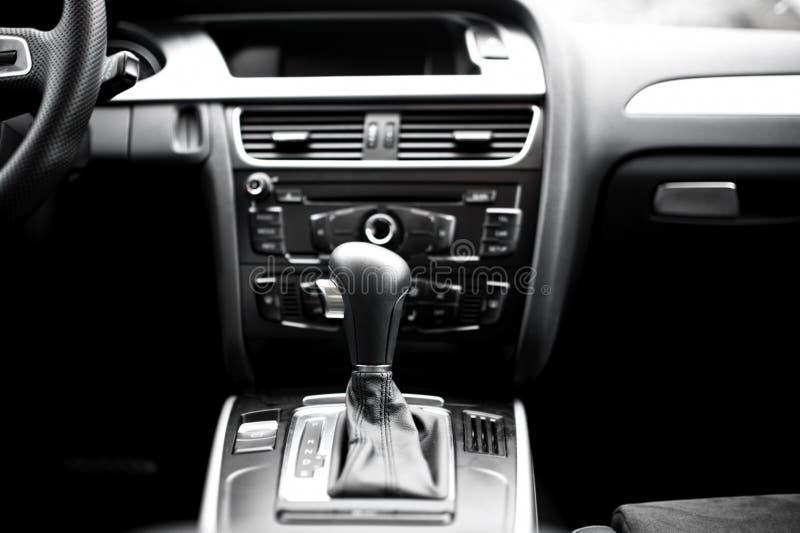 Inredetaljer och beståndsdelar av den moderna bilen, automatisk överföring arkivfoton