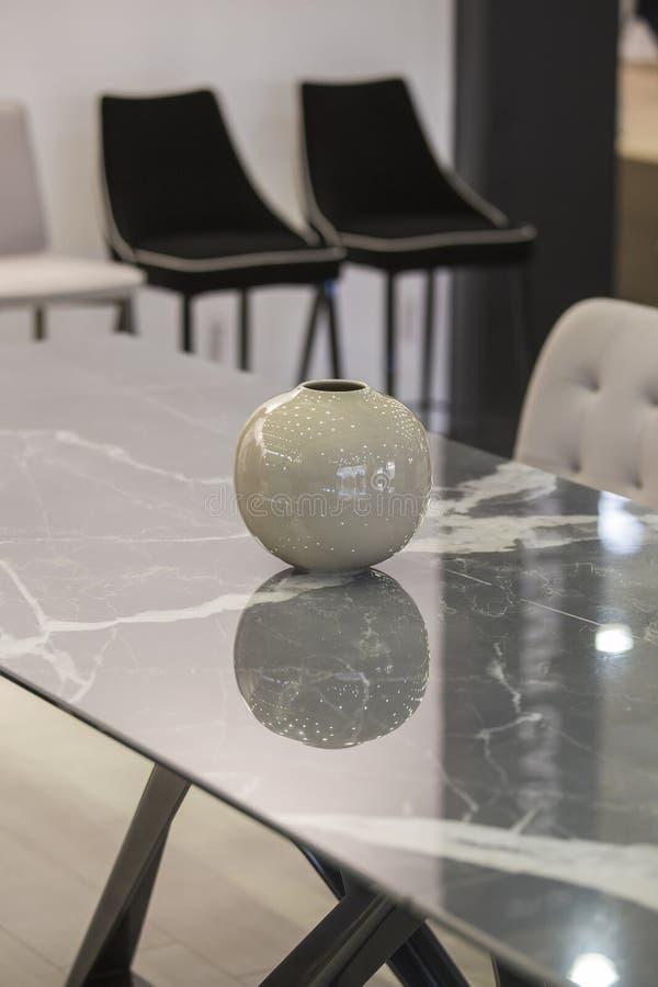 Inredningsdesign, grå marmor, bords- och stenvase, elegant dekaler för kontor eller lägenhet royaltyfri fotografi