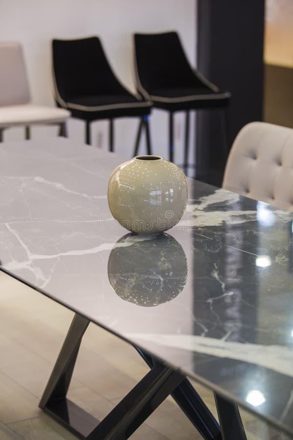 Inredningsdesign, grå marmor, bords- och stenvase, elegant dekaler för kontor eller lägenhet arkivbilder