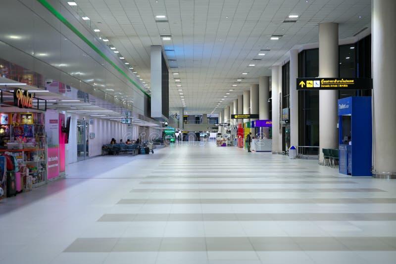 Inrikes terminal för ankomst till Don Mueang International Airport vid midnatt i Bangkok royaltyfria foton