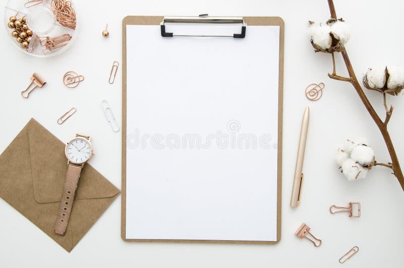 Inrikesdepartementetworkspacemodell med kuvertet, gembrädet, bomullsblommor och guld- tillbehör Lekmanna- lägenhet, bästa sikt arkivfoto