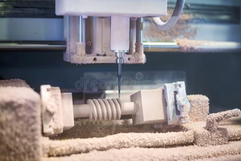 Inrista för CNC - mala maskin under arbete arkivfoton