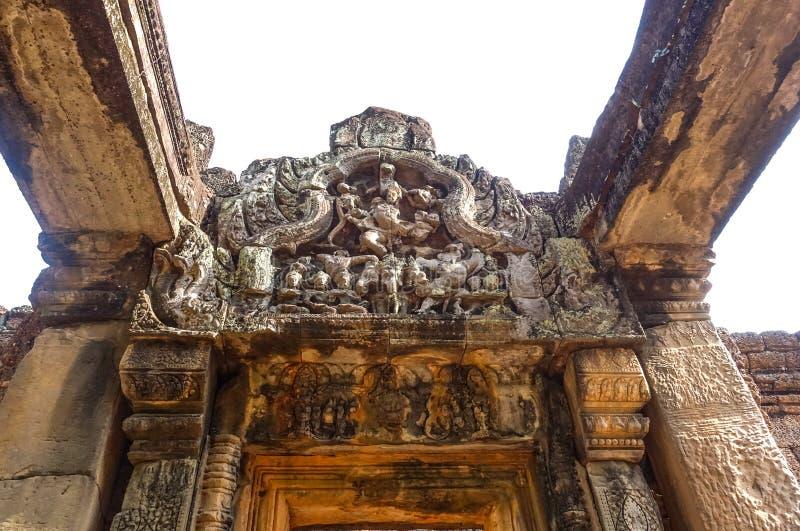 Inristad modell på den bästa dörren av den Bayon templet på Angkor Thom royaltyfri foto