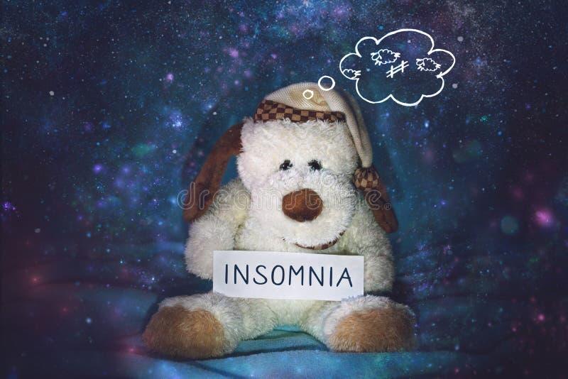Insônia, sleeplessness, desordem de sono, problema que dorme, conceito mental do exercício Cão de brinquedo macio no nightcap que fotografia de stock royalty free