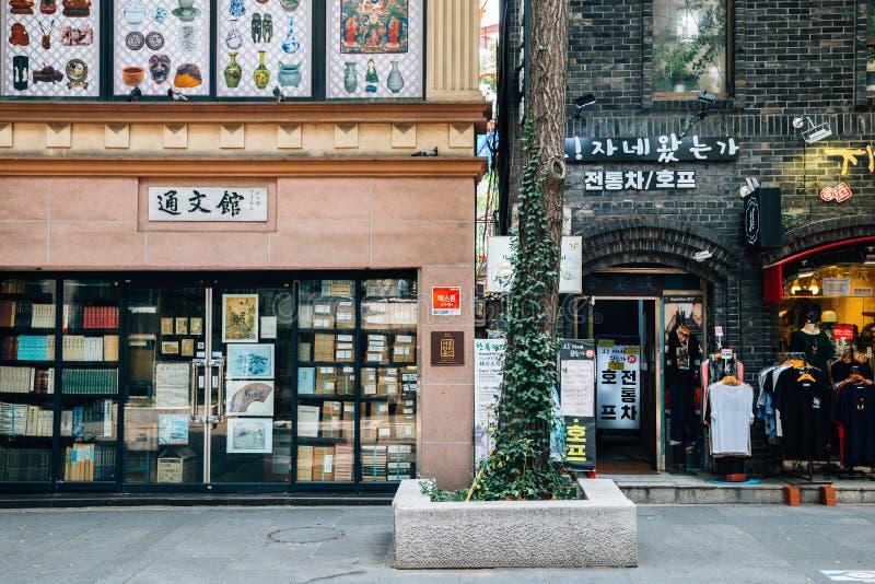 Insa-dong koreansk traditionell kulturell och shoppa gata i Seoul, Korea royaltyfria bilder