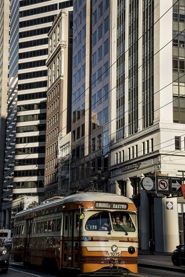 Insabbi Francisco, la California, Stati Uniti - circa 2016 - costruzioni del grattacielo dell'architettura ed automobile moderne  fotografia stock libera da diritti