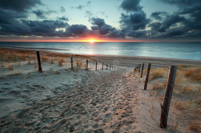Insabbi il percorso alla spiaggia del Mare del Nord al tramonto fotografie stock libere da diritti