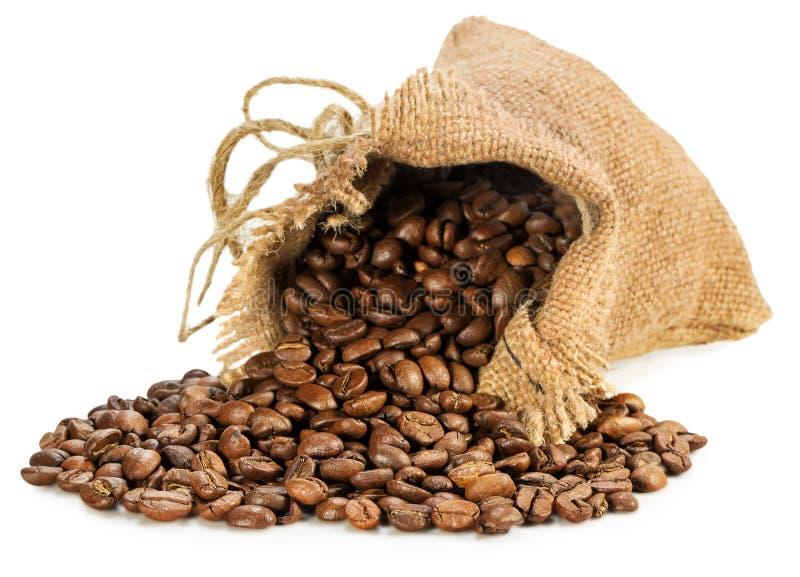 Insacchi con i chicchi di caffè isolati sui precedenti bianchi fotografie stock libere da diritti