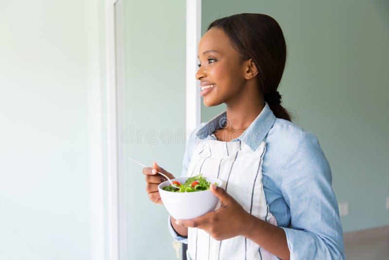 Insalata africana della donna fotografia stock