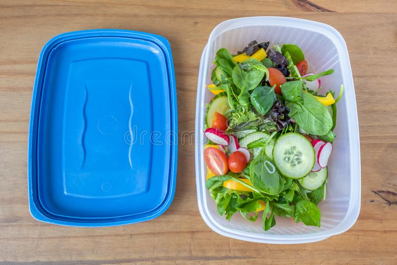 Insalata appena preparato in un lunchbox con il coperchio fotografia stock