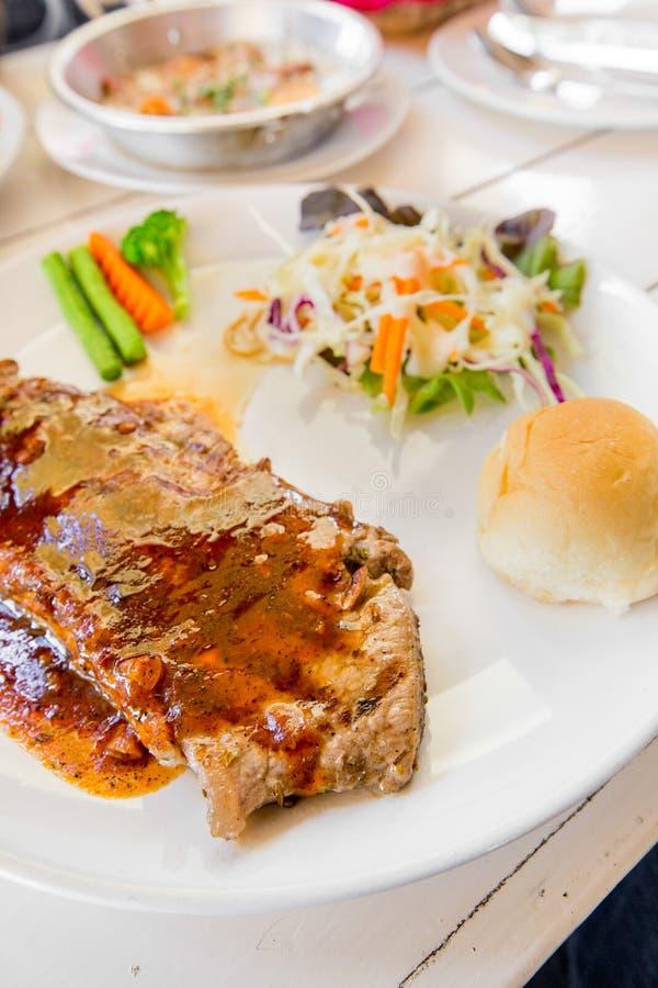 Insalata arrostita delle bistecche, del pane e della verdura fotografia stock
