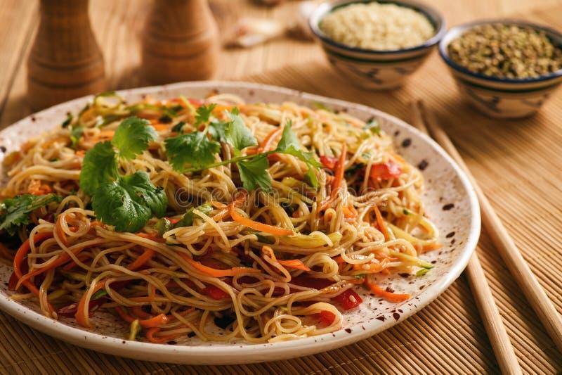Insalata asiatica con le tagliatelle di riso e le verdure, cucina coreana di stile immagini stock