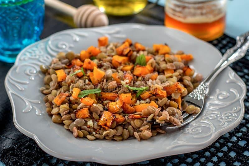 Insalata calda della lenticchia con la zucca al forno e la menta immagine stock libera da diritti